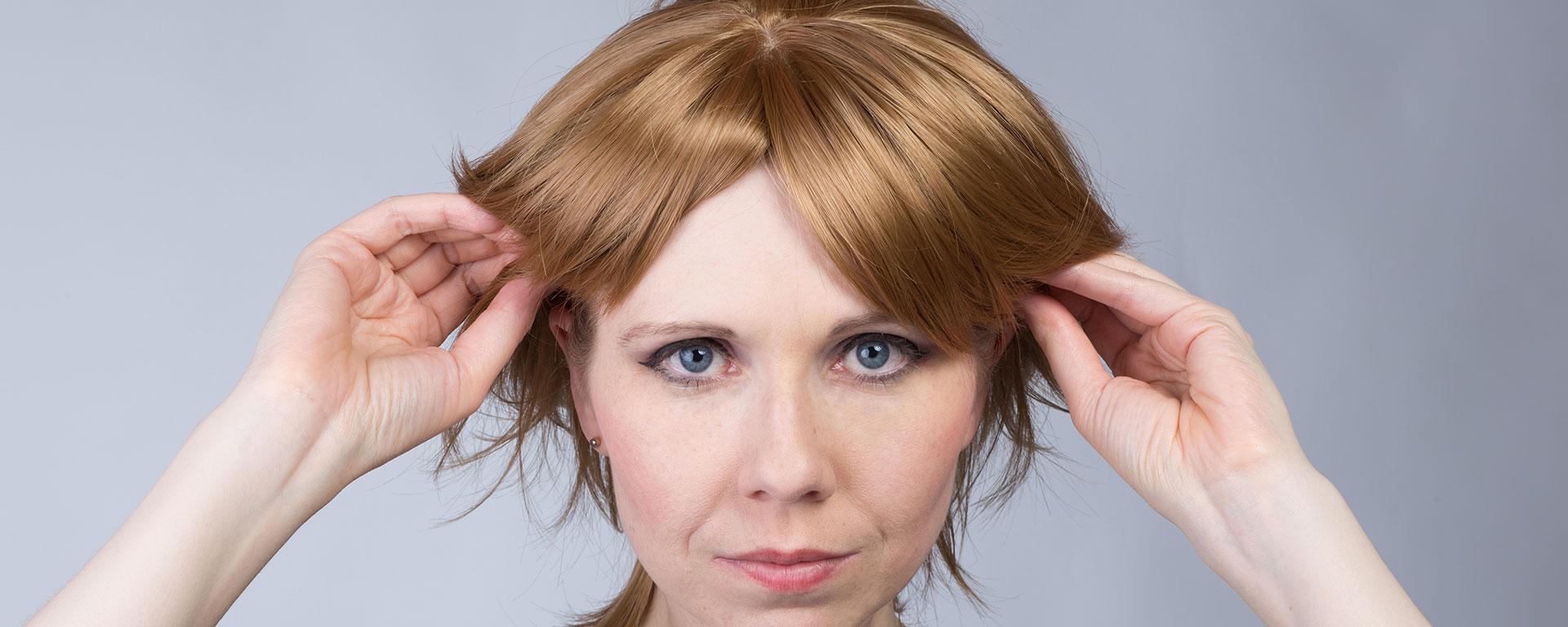 Kukkii putting on a wig
