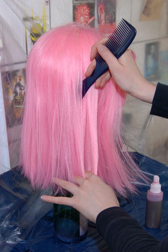 Desenredando la peluca con un peine