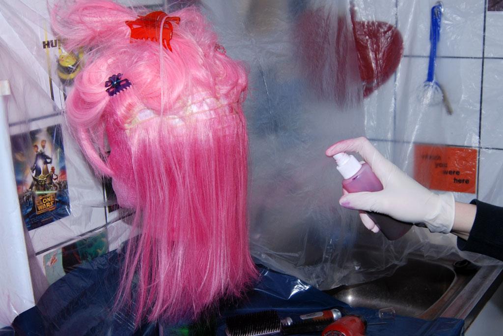 Pulveriza el tinte para pelucas